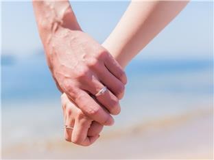 父亲总是牵女儿的手,却从不牵老婆的手,这正常吗?
