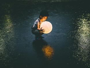人最恐懼失去的或者說最想擁有的往往是童年缺失的東西