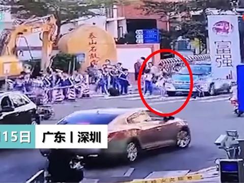 龙岗小学生校门口被出租车撞倒拖行
